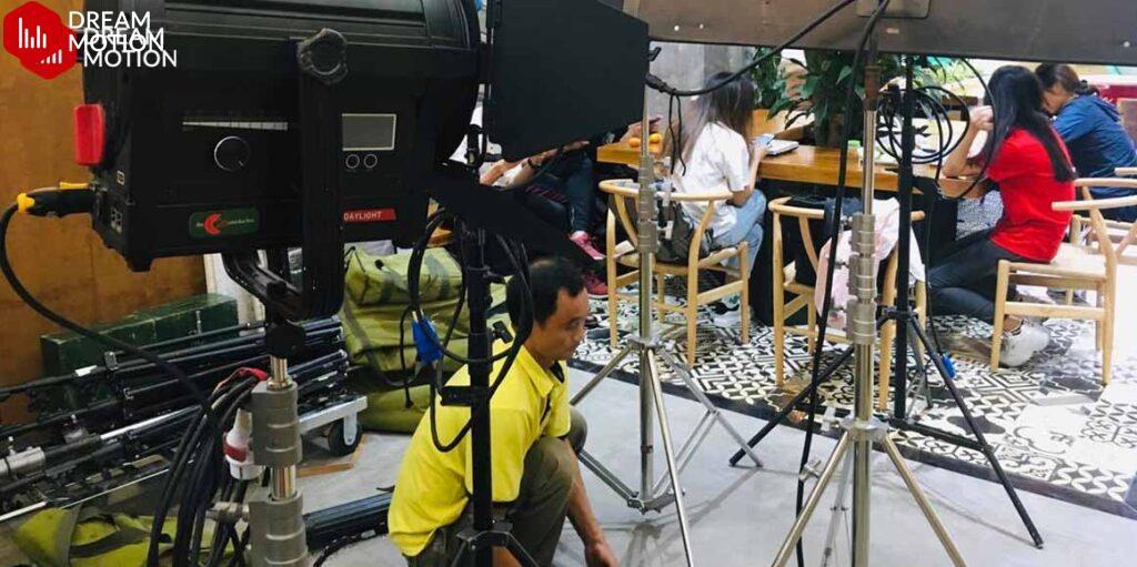 Nhân viên của Dream Motion luôn cẩn trọng, tỉ mỉ trong việc dựng bối cảnh quay để video quảng cáo được hoàn thành với chất lượng tốt nhất